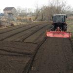 Обработка земли роторным культиватором на мини тракторе, рыхление земли в пух, фрезерование почвы.
