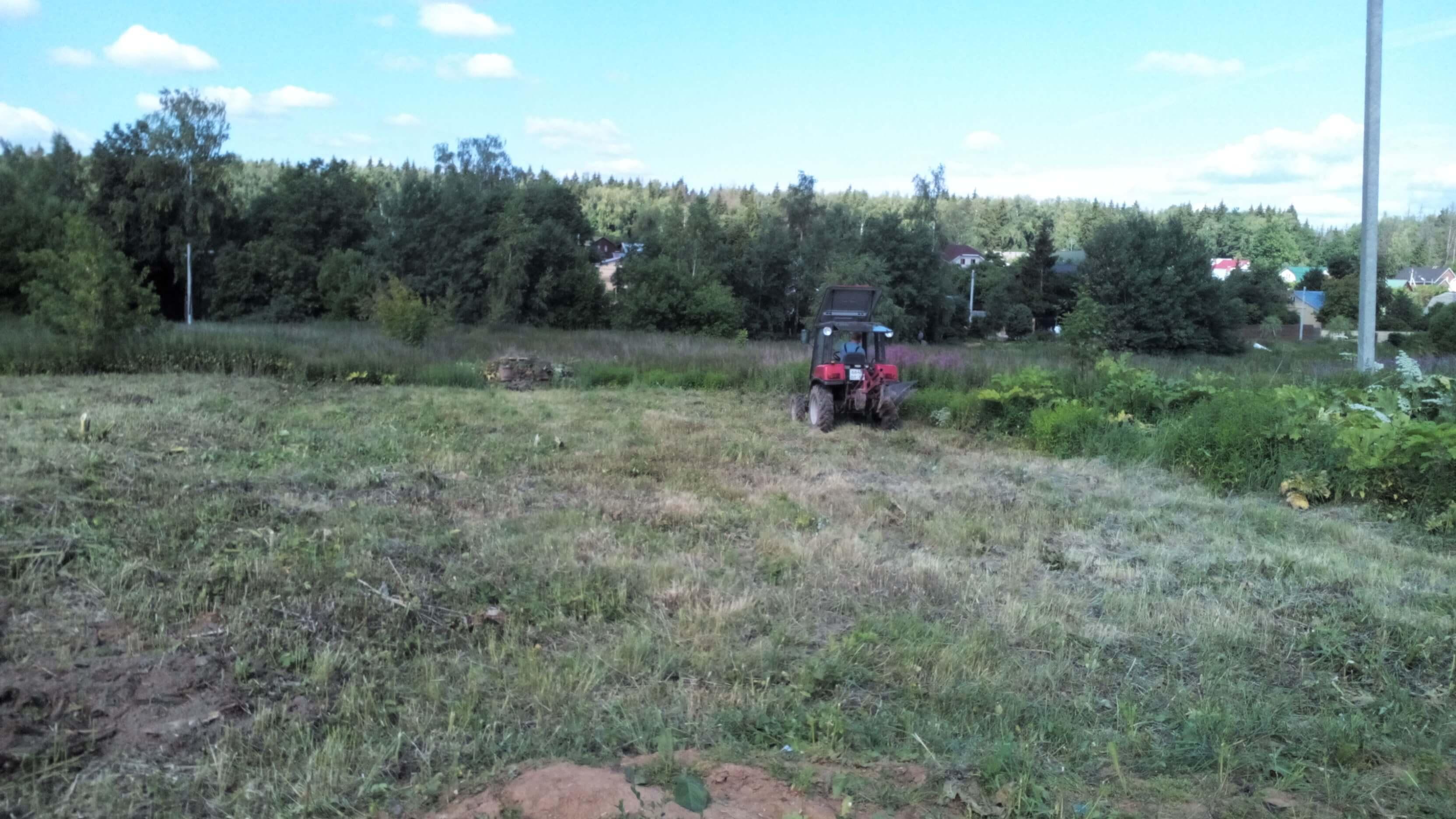 Вспашка земли минитрактором в деревне